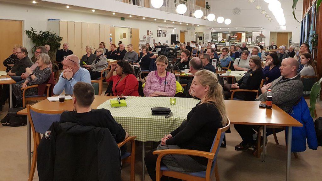 Et vue ud over den 100 mennesker store forsamling, der var mødt frem til debatten.