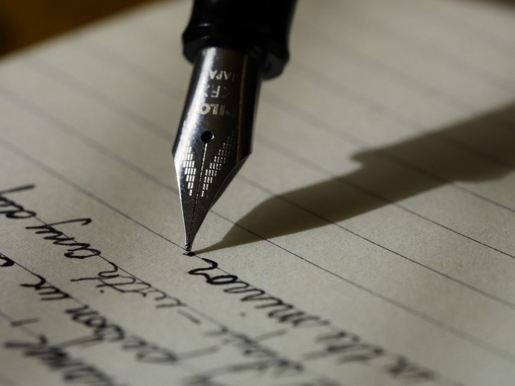 En fyldepen, der skrives med på et stykke papir....
